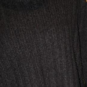 Varetype: sweater Farve: Koks grå  Brystmål 114 cm. Længde 65 cm. 100% acrylic  Kom med et friskt bud på mine vare, alle bud tages seriøst, nogle syntes 40 Kr. er mange penge mens andre syntes det er et greb i lommen. hvis jeg syntes det er for lidt, kan vi vel forhandle lidt, der bliver ingen sure svar tilbage. Enten kan vi blive enige eller også bliver der jo bare ingen handel  Se også mine andre vare, har rigtig mange