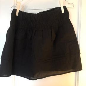 """Aldrig brugt nederdel. Har ligesom to lag og """"rynket"""" bred elastik."""