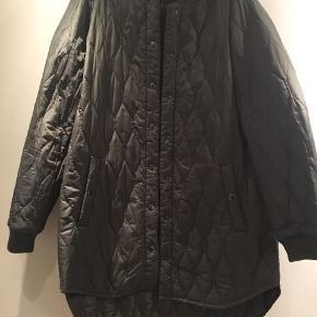 Lækker jakke - lettere model - overgangsjakke. Str XL - svarer til 44. Lommer og knappes med trykknapper. Flot stand. Brugt 3 gange.  Modellen går ned over rumpen  Rib ved ærmer og hals.