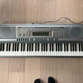 Casio keyboard med indbygget sangbog samt 2 fysiske sangbøger/lærebøger der medfølger. Keyboardet har ikke været brugt særlig meget men mest bare stået ubrugt, og er derfor i flot stand. Keyboardet er en smule længere end hvad billedet viser.