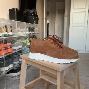 Sælger disse stilrene sko fra danske Legends. De har kun været prøvet på.  De er lavet i rigtig lækre materialer.  Cond: 10/10  EU46  Kasse følger med