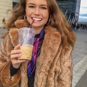 Smuk faux fur frakke i str. 44. Jeg er selv str. 36 men har brugt den oversize. Kan afhentes på Nørrebro og Amager eller afsendes ❤️