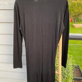 Kjolen er aldrig brugt og er i perfekt stand.   Jeg sender ikke billeder med tøjet på, og jeg har ikke mulighed for at sende mål. Jeg bruger normalt en 34-36.