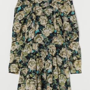 Smuk kjole fra hm sælges❤️ med smukke guld detaljer