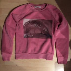 Fed Gestuz sweatshirt. Flot print fortil. Sælges da jeg ikke bruger den længere. Passer en XS/S