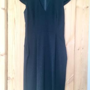 """""""Den lille sorte"""" fra H&M med v-udskæring, små ærmer og slids. Kjolen er figursyet og sidder super flot. Kun brugt to gange og vasket en gang. Jeg er 1.68 høj, og kjolen når mig til lige over knæet.  Jeg foretrækker at handle via Trendsales og sende med DAO. Alternativt via MobilePay.  Køber betaler gebyr og fragt."""