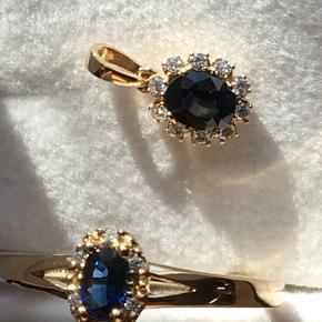 Smukt feminint smykkesæt med meget fine sten. Facetterede safirer i dybblå kvalitet samt mange diamanter. Ring str. 54 i 14 karat guld med en 0,35 karat safir og 6 diamanter (i alt 0,03 karat), købspris 2970 kr. Vedhæng i 14 karat guld med en 0,49 karat safir og 10 diamanter (i alt 0,09 karat), købspris 2610 kr (koster nu 2790 kr).  Kun båret 1 gang, men må desværre sande, at det ikke passer til mig (har siden ligget i smykkeskrin fordi jeg rigtig gerne ville gå med det, da stenene funkler så flot (er svært at gengive på et foto).. Har absolut ingen brugsspor og fremstår derfor som helt nye. Chanti har været meget omhyggelige med håndværket (grabber, symmetri, facettering mv). Se foto af certifikat og købssum. Jeg sælger det som sæt (eller ringen alene) til en bedre samlet pris end separate salg. Vil gerne have et fornuftigt bud, som afspejler de mange sten og de 14 karat – og at det er som nyt (kan eventuelt bruges som gave). (Kan emaile flere fotos)