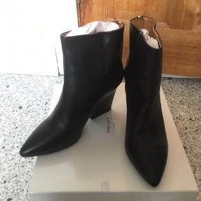 Så flotte og lækre læderstøvler fra & other stories i str. 39. Fed hæl og (guld-)lynlås bagpå.  Støvlerne er aldrig brugt - kun prøvet på indendørs i få minutter. Stadig i æske.  Jeg foretrækker at handle via Trendsales og sende med DAO. Alternativt via MobilePay.  Køber betaler gebyr og fragt.  #30dayssellout