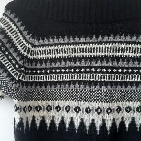 Sort strikkjole med mønster fra Only i str L.  Kan afhentes i Bagsværd eller sendes med eller sendes med DAO på købers regning 😊