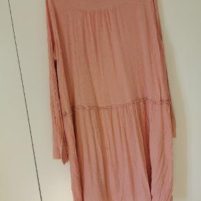 Lille reperation (se billede, kan sikkert udføres pænere.) Flot og luftig kjole med tilhørende underkjole, 100% viskose