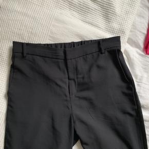 De fineste og mest behagelige bukser med fin detalje i siden. 🌸 Sælges kun fordi jeg ikke længere kan passe dem. 🌸 Passes af en str. 34 + 36 🌸 Køber betaler porto.