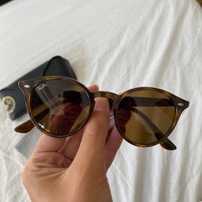 Klassiske Ray-Ban solbriller   Brugt en enkelt gang, men er desværre ikke mig alligevel   Nypris var omkring 1200-1300,-