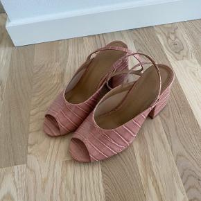Hæle fra asos som er brugt en enkelt gang. Skoene er alm. i størrelsen.  Kom med et bud. ☺️