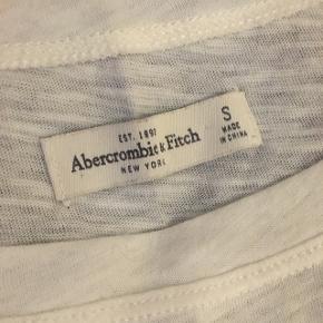 Lidt cropped t-shirt fra abercrombie & fitch med sten mm.   Kun brugt få gange.  Bytter ikke.  Køber betaler selv fragt.