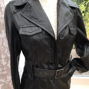 Sort skind jakke med bælte. Ny og ubrugt