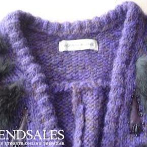 Varetype: Bolero med kaninpels Størrelse: small Farve: se billede Oprindelig købspris: 2500 kr.  Lækker bolero, kort cardigan i 50% mohair, 50% akryl med kaninpels.  Kan bruges ud over en kjole men også til jeans - mange muligheder.  Bytter ikke!