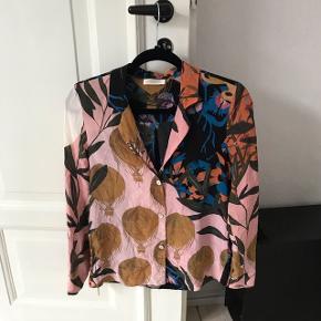 Skøn Stine Goya skjorte Næsten ikke brugt, men den er blevet vasket på uld program og silken er derfor ikke den samme, deraf prisen