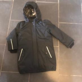 Ny vinterjakke/ jakke str 116/6år. Dette er deres unisex pakka, den kan snøres ind i livet. Kan hentes i Esbjerg, eller sendes for 48kr med DAO
