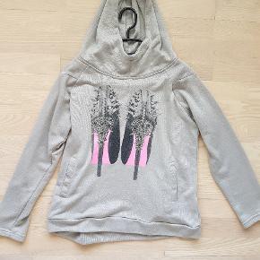 *Prisen er 45 kroner afhentet.  Mit første køb hos UtopiaClothing var denne hoodie / hættetrøje med stilletterne og sten og nitter på. Synes stadig den er cool, men får den ikke brugt. Passes af XS for et oversize fit og S / M for normalt fit.  🌸 SÅDAN HANDLER JEG 🌸  💙 BETALING VIA MOBILE PAY 💙 💚 Varen går til først betalende. 💛 Bytter/refunderer ikke/tager ikke varer retur. 🏠Hentes på Amager, tæt på Bella Center. 📮eller sendes på købers regning med Dao/Gls med mindre andet er aftalt. 📸 jeg sender altid billede af pakken samt forsendelses oplysninger.  VED AFHENTNING: Udlevering af vejnavn når du er på vej. Resten af adr. får du, når du er her. Bliver tit brændt af - på forhånd tak for forståelsen!🏡  Slået op flere steder.   * TS gebyr er inkl. og fratrækkes ved en handel udenom TS.