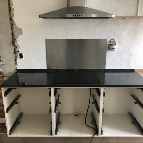 Black Galaxy granit bordplade med hul til kogeplader. Længde 180 cm, dybde 60 cm, højde 3 cm. Poleret overflade og falset kant. Hullet er centreret med 61,5 cm til kant og 5,5 cm fra bordkanten.