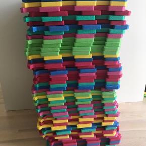 Skum måtter med bogstaver 46 stk, der var 52 stk da det er 2 pakker måtter. Hver pakke har kostet 399kr De har ligget under et tæppe så de er i super stand. Letvægt og vandafvisende, Stødabsorberende, Let at rengøre Fri For Formamid, Formaldehyd, Pvc og Ftalater. Mål 30x30 cm Kan sendes men grundet mængden vil det nok blive mere end 50kr i forsendelse.