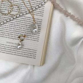 Smukkeste halskæde med barok perle, vedhæng er forgyldt Sterling sølv. Vedhæng koster 150kr, halskæde med vedhæng koster 300kr