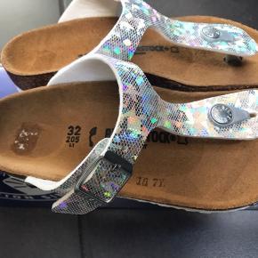 Flotte sandaler med i sølv/snake og lyser flotte hvor solen skinner på dem.  Måler 20,5 cm og max 0,5 i tillæg.  300,-pp