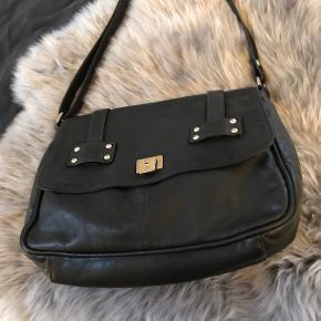 Rigtig lækker Adax taske med nogle nitter på. Super lækkert blødt læder og dejlig størrelse.