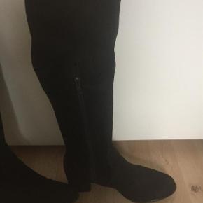 """SÅ flotte """" ruskinds"""" støvler som går helt op til knæet. De er elastiske , så passer perfekt til bredde lægge."""