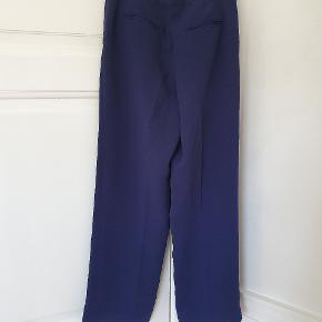 Fine bukser i mørkeblå. Talje: 39x2cm. Indvendige benlængde 80cm. Aldrig brugt.