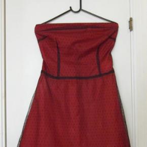 Stropløs figursyet pinup / rockabilly repro i rødt understof med yderlag af sort-prikket tyl. Har lynlås bagpå.
