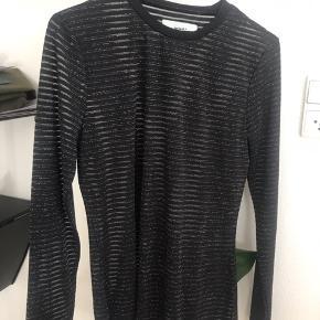 """Sort stribet bluse med """"gennemsigtige"""" og glimmer detaljer - det er vist på et af de andre billeder ✨  Maks brugt 2 gange / kom med et fair bud."""