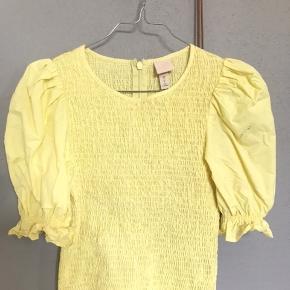 Populær tshirt fra h&m, lidt besked på det ene ærme som også ses på billede nr 2, men ellers ingen tegn på slid😊