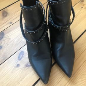 Varetype: støvler nitter sorte spidse heels Farve: Sort  Sælger disse flotte støvler fra Zara. Det kan ses, at de er brugt på snuder og hæle :-)  De sælges for 150 + porto eller kan afhentes på Østerbro :-)