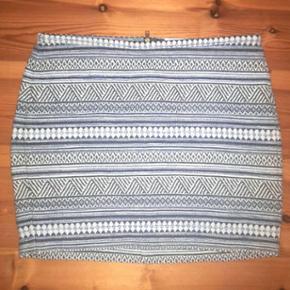 H&M nederdel. Str. 42. 74% bomuld, 15% akryl, 10% polyester og 1% viskose.