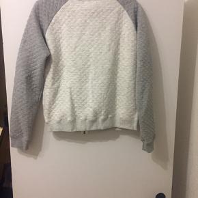 Quilted cardigan med lynlås. Hvid med lysegrå deltaljer