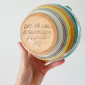 Skøn spansk håndmalet kande. De La Cal Barreira Puente nr. 116 21 cm høj og rummer 1,5 liter. Har to små afskaldninger og et par mikro glasur fejl - se billeder.