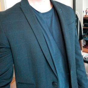 Navy blåt, ternet jakkesæt i medium. Brugt fire gange. I fin stand.