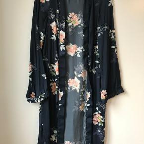 Blomstret kimono fra Object i str. 36. Brugt få gange. Ny pris: 400.