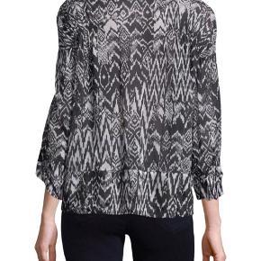 Fin Caskey bluse fra Iro i 100% viskose. Brugt, men uden huller, pletter, fnuller eller lign. Brystmål: 65 cm på tværs fra armhule til armhule (dvs. 130 cm i omkreds) Længde: 59 cm. Den er altså ikke lille i str. Det er mig der har den på, på de sidste fotos og jeg er en dk 36 38.   Varetype: Caskey blouse bluse sort hvid mønster mønstret top ikat print Farve: sort og hvid