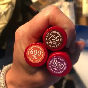 6 læbestifter fra rimmel, aldrig brugt. Nye alle 6. 3 i farven 800 run the show, 2 i farven 600 keep it Coral og 1 i farven 750 look who's talking. Vil gerne sælge samlet. 30 pr stks eller alle 6 for 115 kr pp.