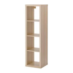 Ikea reol, Kallax i egetræ med hvide skuffer og skab. Den ene skuffe har fået et hak. Se billede.  Mål: 42x147cm Nypris 540