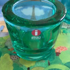 iittala fyrfads lysestager i grønne  Højde 6cm Diameter 7cm  3 stk sælges samlet til prisen  Sender gerne, køber betaler for porto.  Vægt: 877g (over 1000g med indpakning og æske) Porto: 45kr med Dao