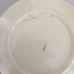 Fin og dekorativ tallerken i art deco stil med svanemotiv, mulighed for ophæng, dia 23,5 cm, gætter på den er fra ca 40'erne/ 50'erne den har et mikro chip på kanten