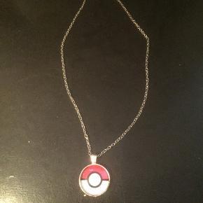 Pokemon børne halskæde Kan lyse på noget af det.