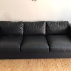 Lækker læderlook 3 Pers sofa. Købt i efteråret 2017. 10 års garanti. Fra ikke-rygerhjem.  Fejler intet.  Skal bæres ned fra 1. sal.