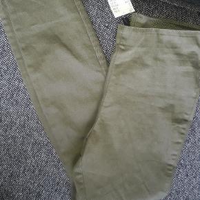 Bukser med høj talje og elastik i taljen. Er med stræk. Tilsvarende størrelse. Aldrig brugt. Farve er som på billede 2&3.