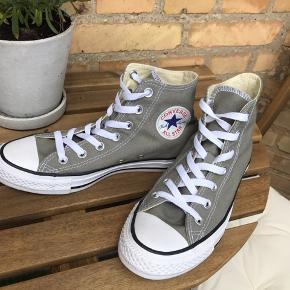Helt nye Converse Chuck Taylor - All Stars (High) i støvet lys grøn💚 Har aldrig været brugt da de er for store til mig 👟 UK size 5 - EUR size 37,5, men fitter mere 38