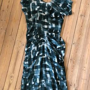 Super flot festkjole fra Marni.  Kjolen er købt vintage, men har kun haft den på en enkel gang. Standen er derfor rigtig flot.  Kjolen er asymetrisk med flot fald både foran og bagi.  Mål. Længde: ca. 94 cm. fra krave til kant Bredde: ca. 39 cm.  Det er uklart hvad kjolen er lavet af, men det kunne meget vel være 100% silke.