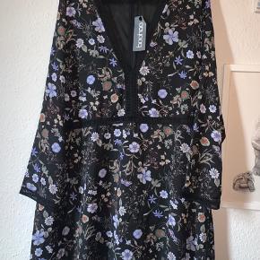 Plus Hannah Floral Plunge Neck Shift Dress NP: 150 kr  Str.: UK 24 - EU 52 BM: 60 cm x 2 L: 96 cm  Ny, kun prøvet og stadig med mærke. Der er en lille fejl i syningen ved halsen på venstre side som ikke kan ses når man har den på.  Jeg bytter ikke.